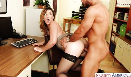 Секретарша в черных чулках занимается с шефом страстным секс...