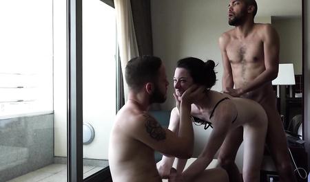 Молодая пара свингеров забавляется утренним сексом со старым другом