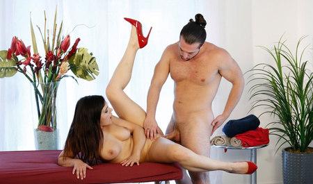 Массажистка Валентина Наппи шпилится с мужиком на рабочем ме...